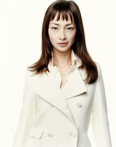 白色ジャケットを着ているりょう