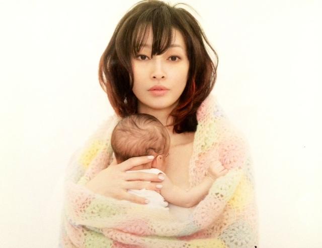 赤ちゃんを抱っこしているりょう